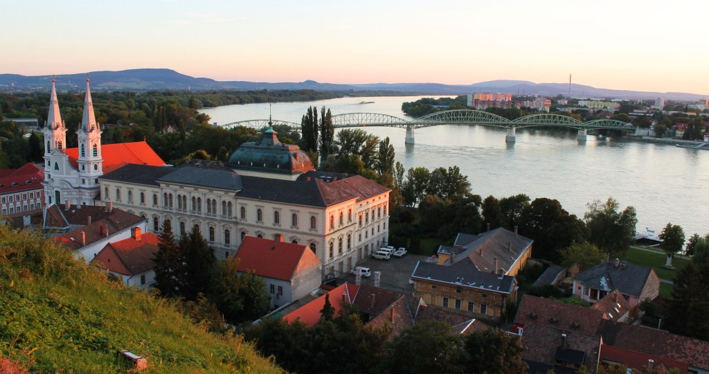 Esztergom lies on the left, Sturovo on the right.